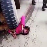 軍のトラックに轢かれてタイヤの下で無残な姿の女性