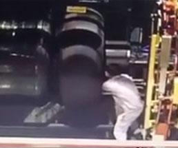 一瞬過ぎて何が起きたか分からない工場での事故映像