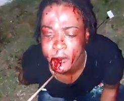 首に紐を括り付けられ全身血まみれに拷問される男性