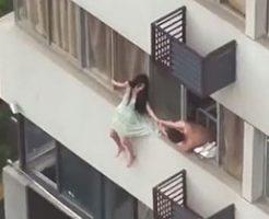 女性が4階から落下してるけどスカートの裾を直す元気あるやんw