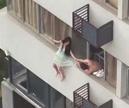 精神障害の女性が4階から落下してるけどスカートの裾を直す元気あるやんw