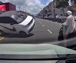 突っ込んできた車が目の前スレスレで過ぎ去りバイクに激突…