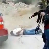 拘束され膝まづく男を弾が無くなるまで打ちまくるカルテルの銃殺処刑