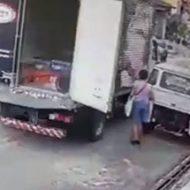 開きっぱなしのトラックのドア…タイミングが悪すぎた女性