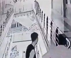 ショッピングモールで唐突に飛び降りする女性に周りも騒然…