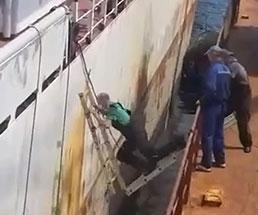 船に乗る方法が雑過ぎたせいで彼は海の底へ…w