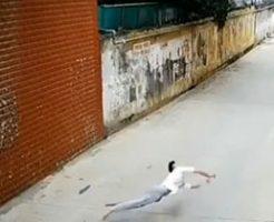 裏路地のようなところで飛び降り自殺してバウンドする男性