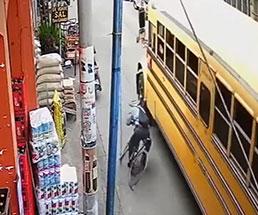 自転車に跨った男が倒れ込んでバスに轢かれた結果…
