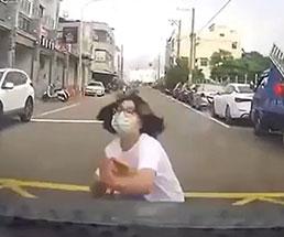 自殺か当たり屋か分からないけど女性が車に正面からドーーンッ!!