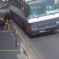 意識外からの攻撃…後ろからバスのドアがどーーーん!