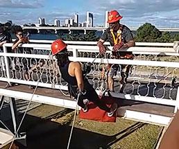 歩道橋で訓練っぽいことしてる後ろで男性の飛び降り