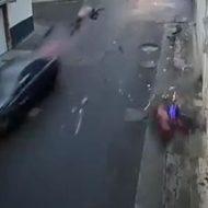 十字路で交錯した車とバイクは一瞬で画面外へ…