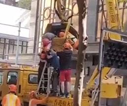 作業中にクレーンが折れ労働者たちが亡くなる瞬間…