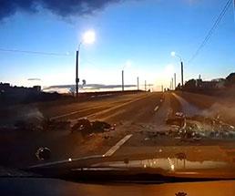爆走する2台のバイクがミキサー車と接触した結果