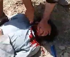 【閲覧注意】無抵抗な男の顔を押さえつけナイフで斬首…