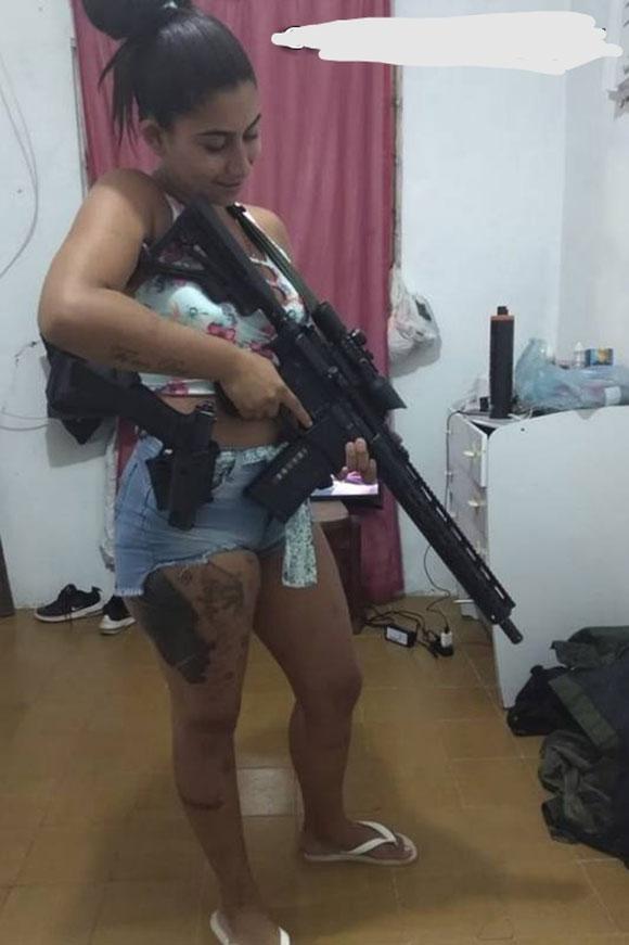 犯罪組織のメンバーである女性が警察に殺されるとこうなる