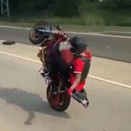 バイク集団の先頭がウィーリーでの走行を失敗し大炎上…