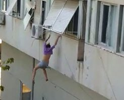 19歳の女の子が10メートルの高さから飛び降りる
