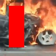 炎上する車の運転席で座り続ける男性…