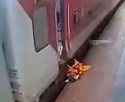 動き出した電車から降りようとした母子が線路に引きずり込まれる…
