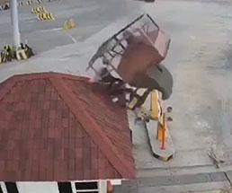 作業中のクレーンが壊れて大事故に発展する瞬間
