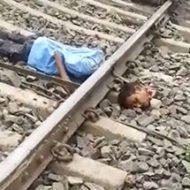 線路でうろうろしていた男性が電車が来るタイミングでうつ伏せになり…