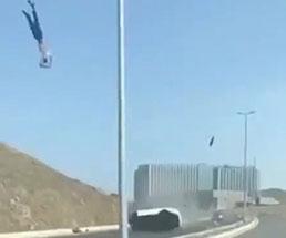 回転しながら空を飛んでいく人間が目撃された模様