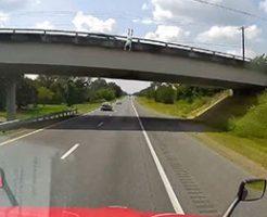 橋からの飛び降り自殺に巻き込まれたトラックの車載映像がこちら