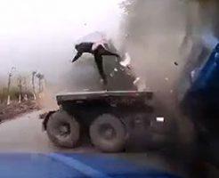 トラックの事故で運転手がそんなぶっ飛び方する?w