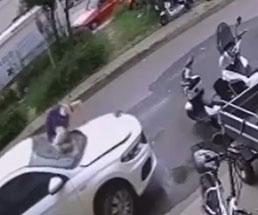 飛び降り自殺の男の全てを受け止めてくれる車…