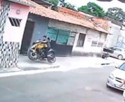 ウィリーで体勢崩して壁をぶち抜くバイク…