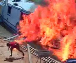 オイルバレルが損傷してボートが大炎上する瞬間がこちら