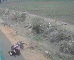 女性がバランスを崩してバスから落下してしまう瞬間