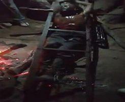 拘束された男性が熱した鉄を押し当てられて拷問を受ける様子