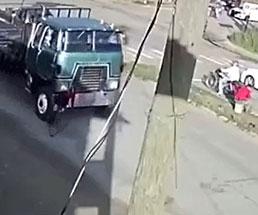 女性サイクリストが後ろから迫るトラックに…