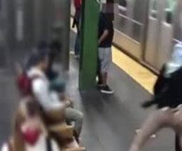 駅のホームでやって来た電車に後ろから突き飛ばすとかヤバすぎやろ…
