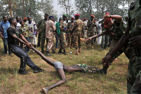【微グロ】アフリカで犯罪者は死ぬまで殴られ続ける・・・