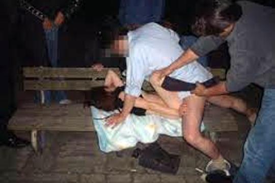 【レイプ】裸の男が通行人女性に襲いかかりレイプ!マジで世紀末すぎる・・・