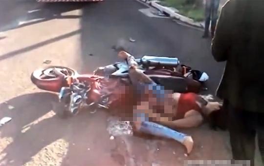 【閲覧注意】車に轢かれた女の子の大事なマンコから何か出てきてるやが・・・※グロ動画
