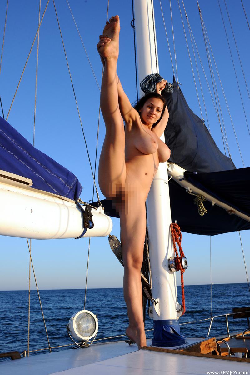 ヌーディストビーチ美女の裸エロ画像