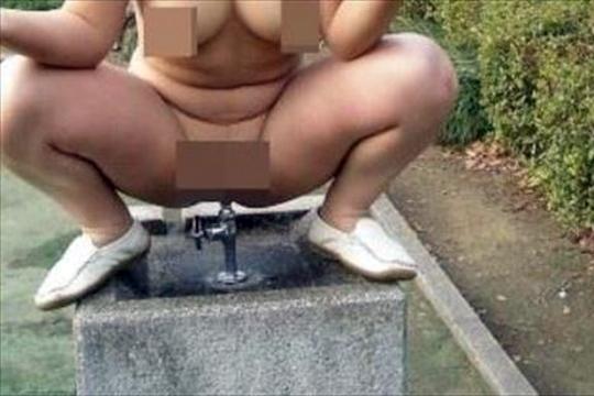 【エロ衝撃】公園の水飲み場の蛇口にマ○コに突っ込む変態女が出現wwwwwww