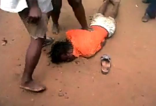 【グロ注意】南アフリカで女性がリンチされ殺害されるショッキング映像
